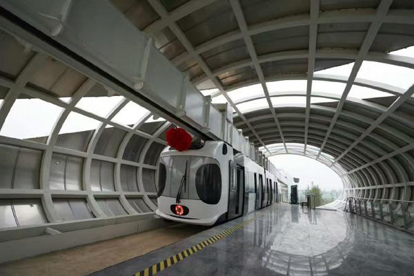 我国首列商品化无人驾驶新能源空铁竣工下线